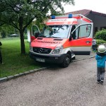 Andre Jungwirth demonstriert den Rettungswagen.