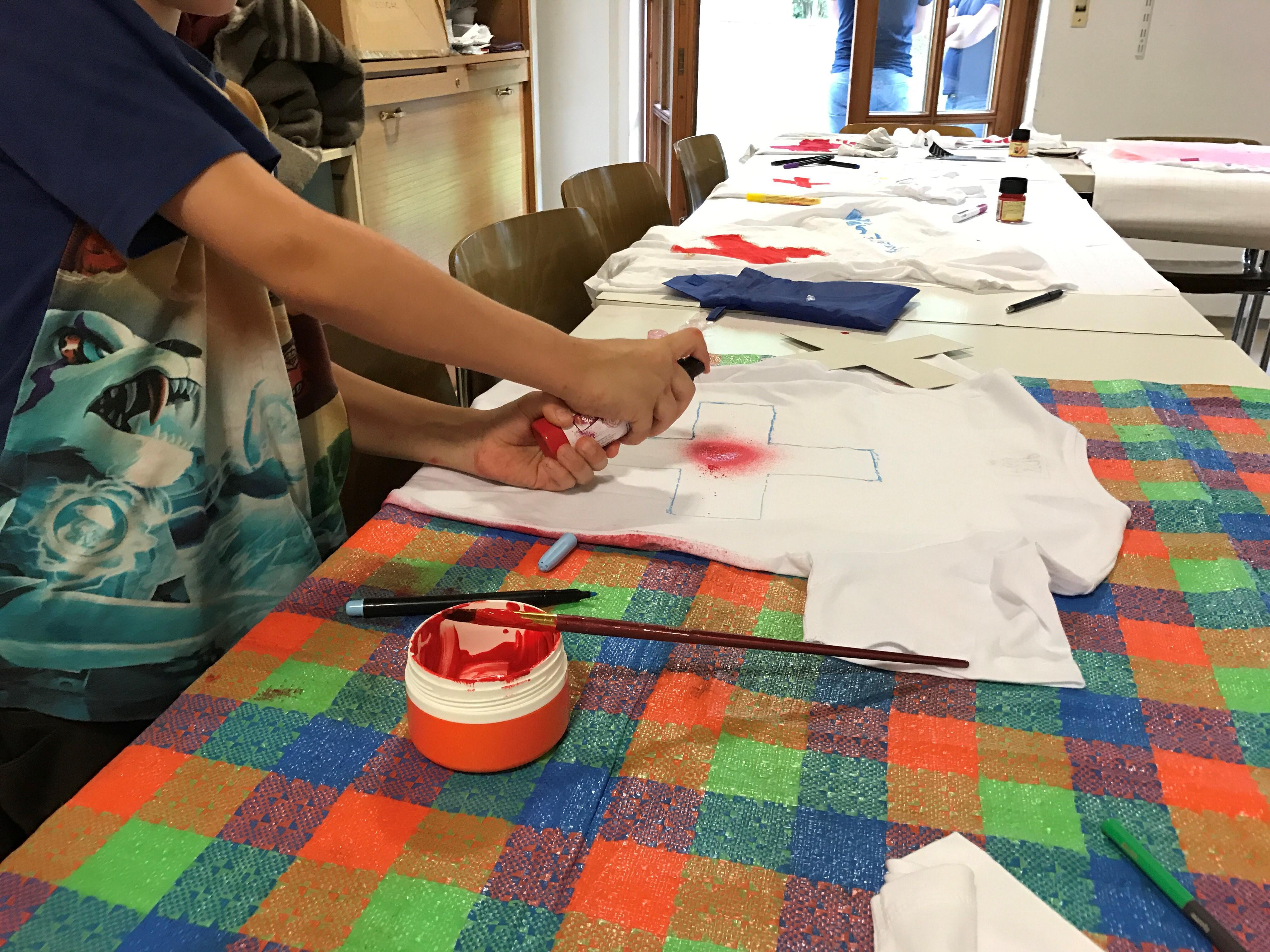 kreative köpfe beim tshirt gestalten  brk bereitschaft isen
